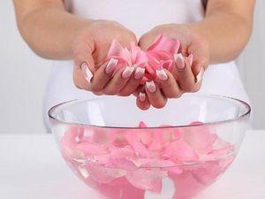 Розовая вода - прекрасное средство для ухода за кожей лица