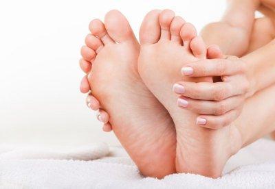 Как лечить шипицу на ноге: выведение подошвенных бородавок на ступне, на ногах и на пальцах, как лечить и как убрать, фото